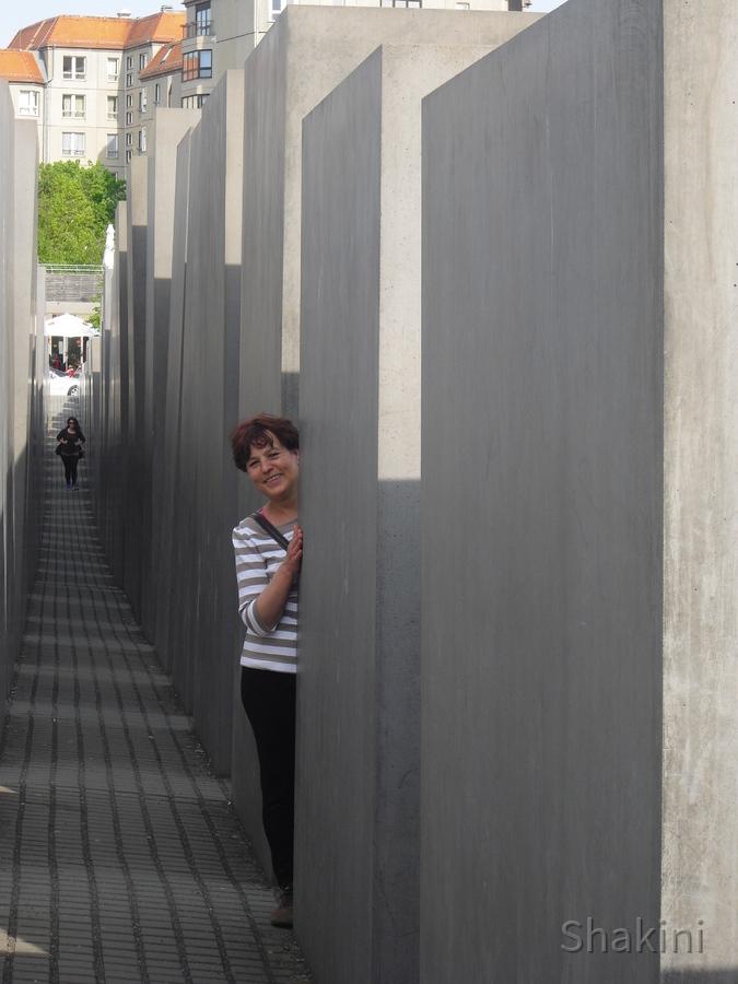 Basia vor dem Holocaust Mahnmal