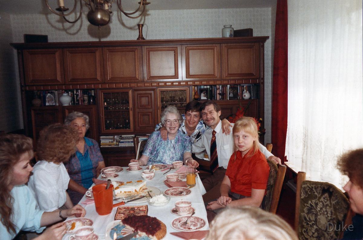 Katarzyna Dondalska mit Vater Janusz bei Familienbesuch in Deutschland 1985