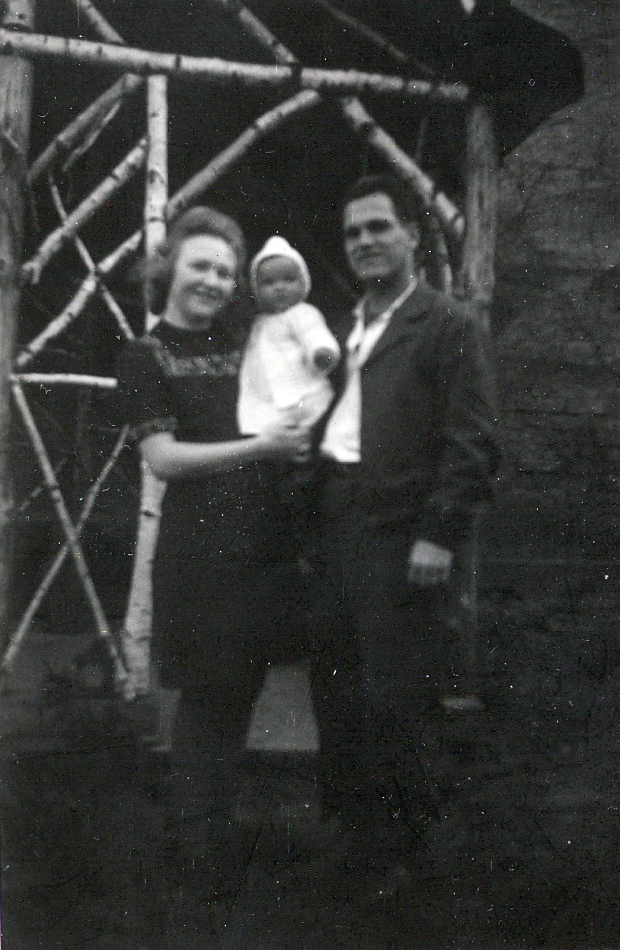 Familie Irma und René Friedrich mit Baby Brigitte vor dem Gartenhaus 1947