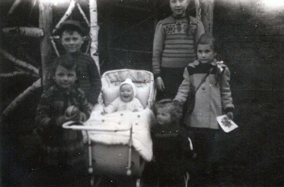 1948 - Brigittes 1. Geburtstag mit Nachbarin Marga - Verwandte und Freunde