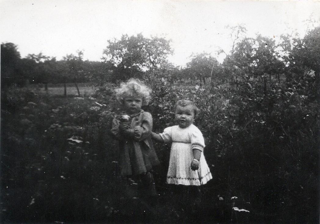 Marga Grünewald und Brigitte Friedrich als Kleinkind beim Spielen