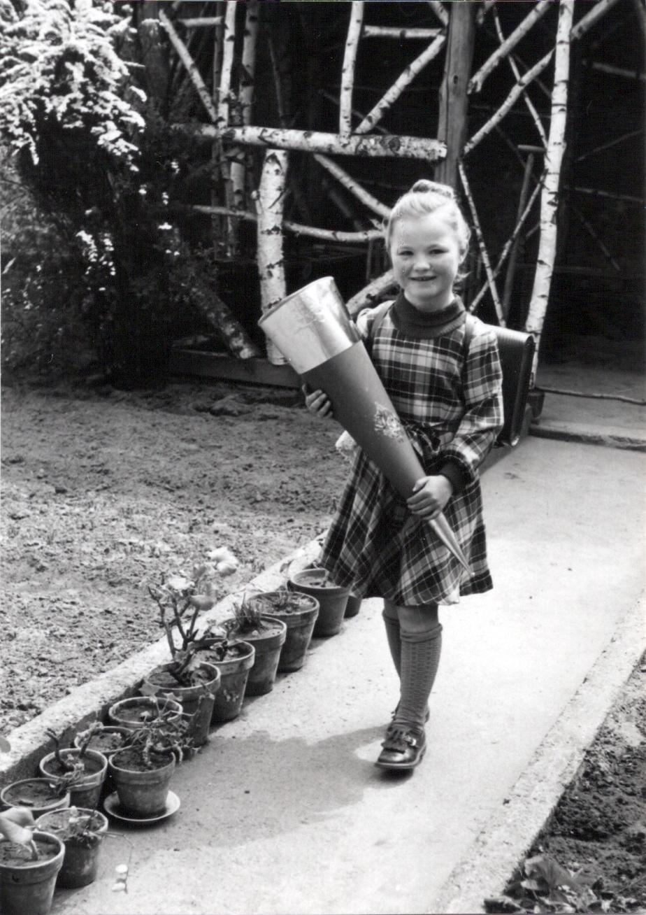 Brigitte Friedrich mit Schultüte im Garten 1953