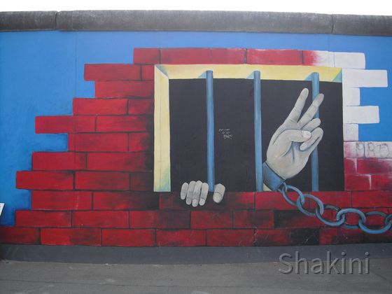 East Side Gallery - Berlin - Graffitis - Gefangener mit Kette