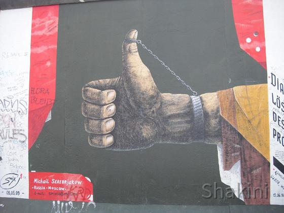 East Side Gallery - Berlin - Graffitis - Handschellen - Daumen