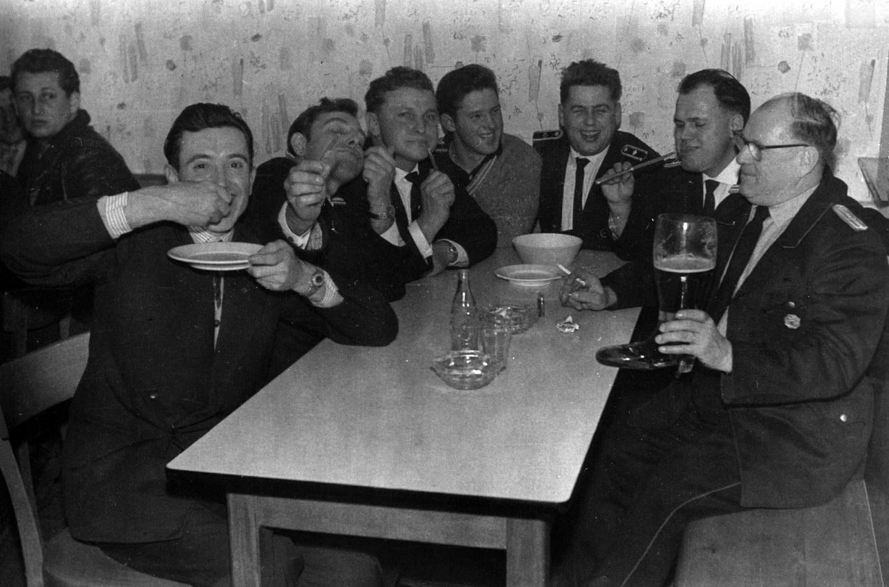 Feuerwehr Königstädten - 1957 - Bier aus dem Stiefel - Gaststätte Reinheimer