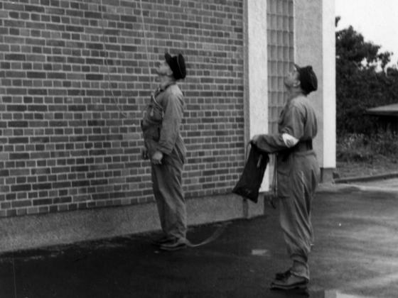 Feuerwehr Königstädten - Brandmeisterlehrgang - Kassel 1962 - Feuerwehrmann abgeseilt