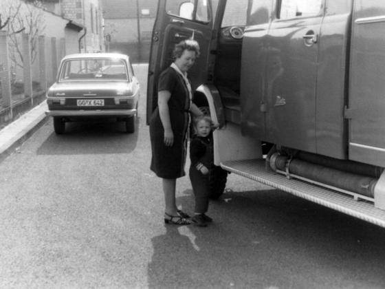 Feuerwehr Königstädten - Oma + Enkel am Feuerwehrwagen