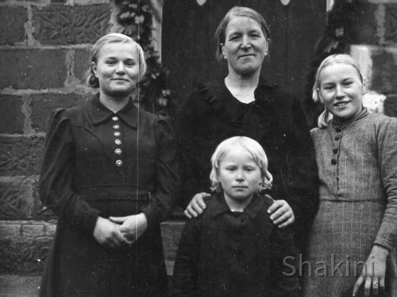 Großmutter Katarzyna mit  Izabel, Genia und Krysia