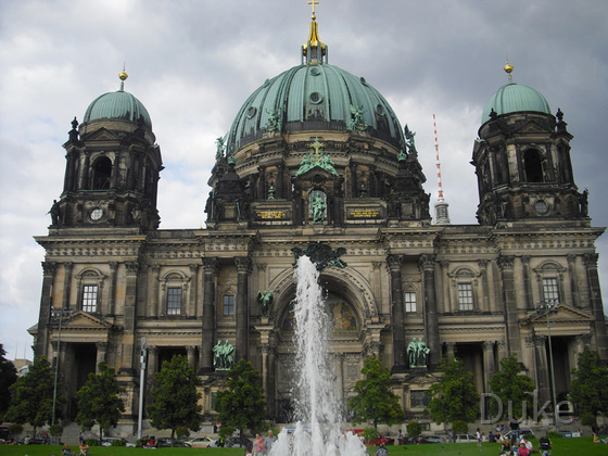 Berliner Dom mit Springbrunnen - 2013