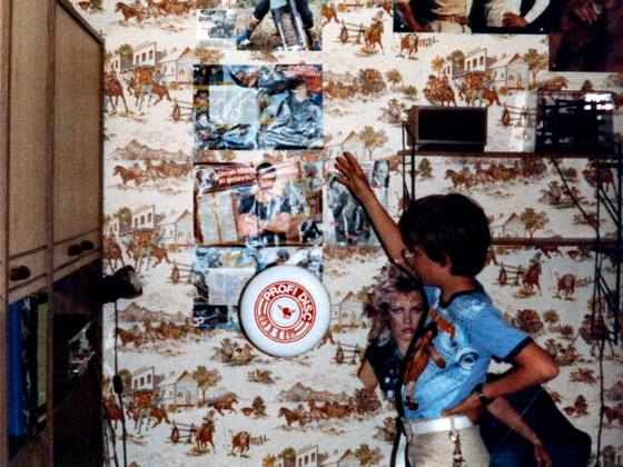 René W in Duke's Zimmer mit fliegender Frisbee (Wurfscheibe)