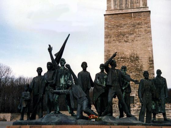 Ergreifende Skulptur und Denkmal in Ost-Berlin - 1988