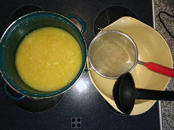 Zitronen-Knoblauch-Sud bereit zum Abseihen