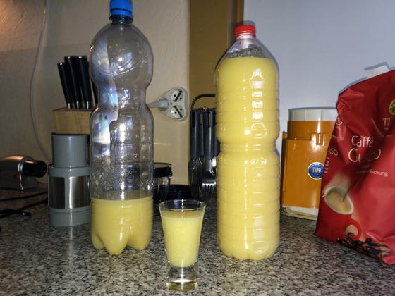 Zitronen-Knoblauch-Saft für den Kühlschrank abgefüllt