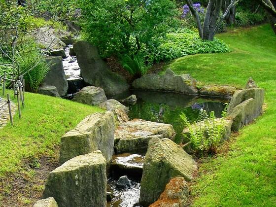 Kleiner Bach im Japanischen Zen Garten