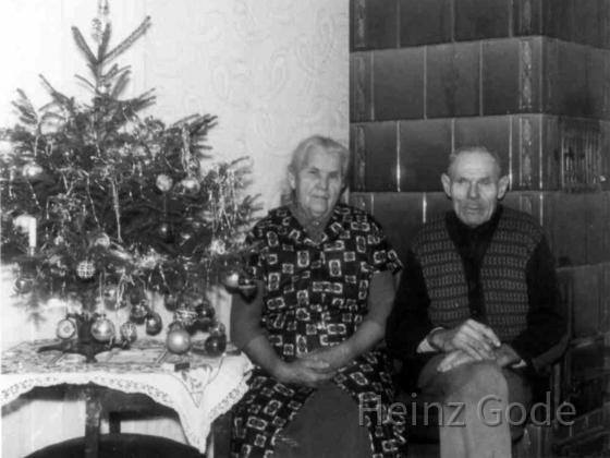 Großeltern von Heinz Gode - August und Marie am warmen Kachelofen