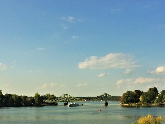 Park Babelsberg mit Blick auf die Glienicker Brücke