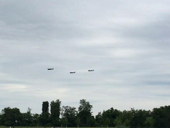 """70 Jahre Luftbrücke"" Rosinenbomber flogen über Tempelhofer Feld"