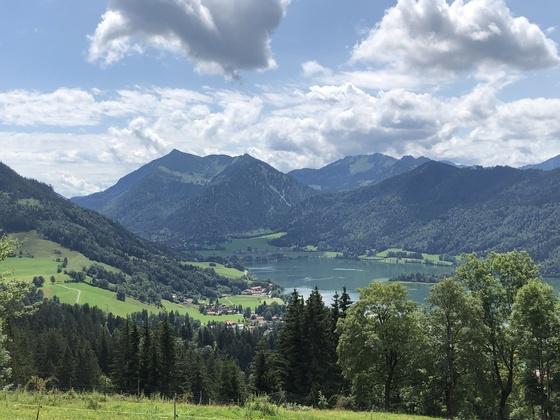 Wunderschöne Aussicht auf die Berge und Schliersee