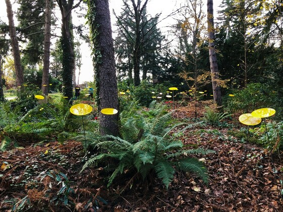 Gelbe, runde Namenstafeln als Grabmarkierung