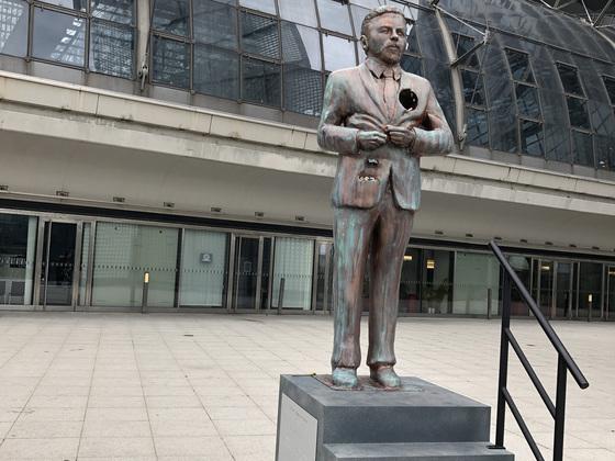 Statue von Kult Comedian Klaas Bonifaz Heufer-Umlauf am Hauptbahnhof in Berlin