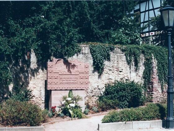 Denkmal der Bombennacht 12.-13.8.1944 an der Evangelischen Kirche in Königstädten