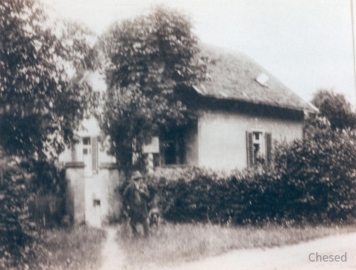 Unteres Königstädter Waldhaus mit Förster Schwerer und Hund (Königstädter Fallthorhaus) Anfang 1900