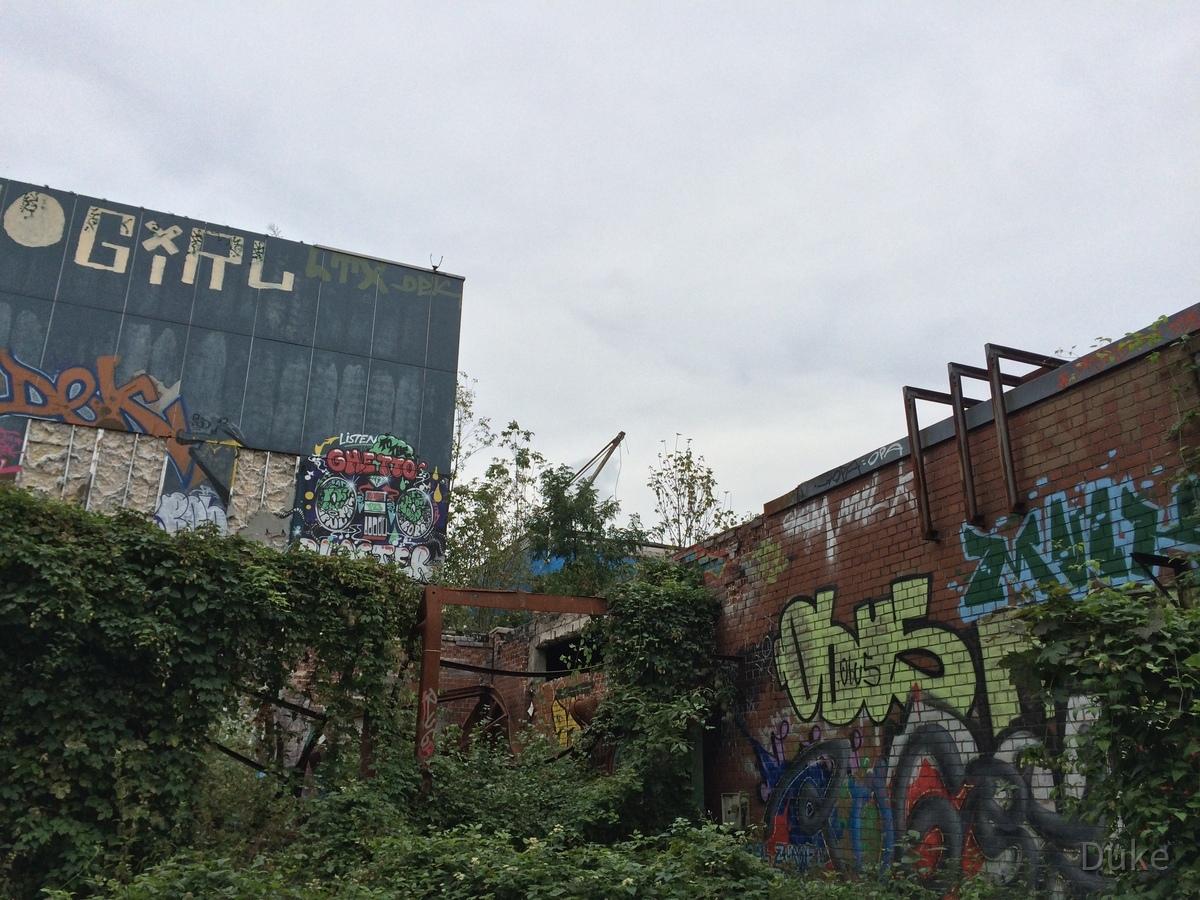 Berlin - Teufelsberg - Radarstation - Mit Effeu zugewachsene Nebengebäude