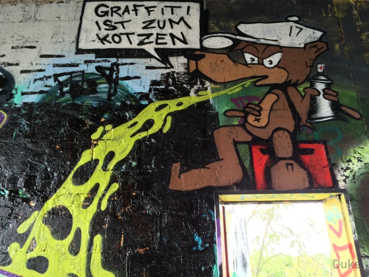 Berlin - Teufelsberg - Graffiti ist zum Kotzen - Graffiti is for puking