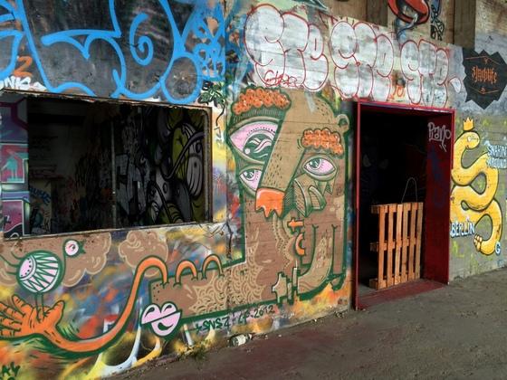 Berlin - Teufelsberg - Graffiti - Bizarres Gesicht mit Vogel in Hand