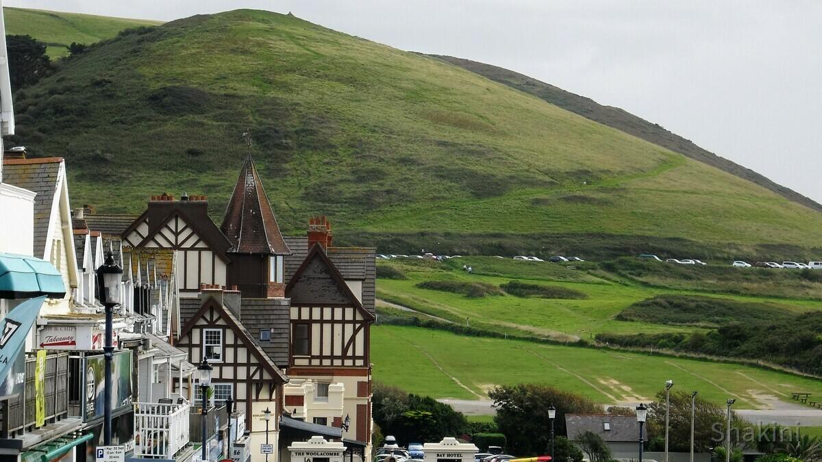 Blick auf das Bay Hotel unter den grünen Hügel