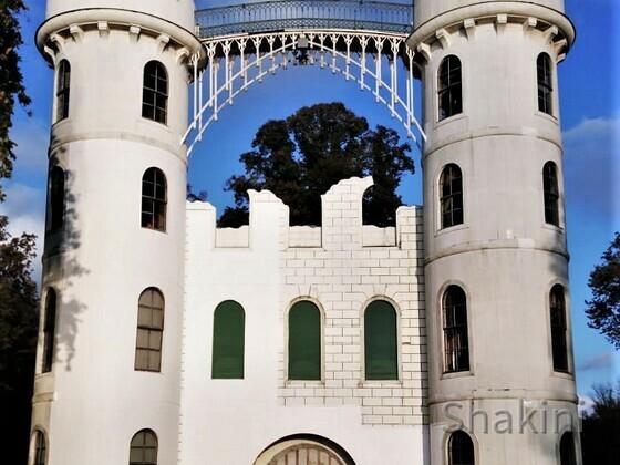 Shakini vor dem Schloss Pfaueninsel