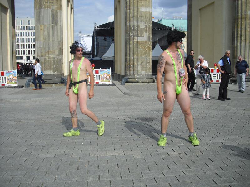 Halbnackte Tänzer am Brandenburger Tor - Berlin