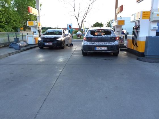 Zwei Hyundai Erlkönige an der Shell-Tanke in Königstädten