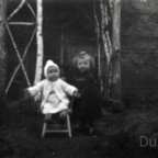 Brigitte Friedrich und Marga Grünewald 1948 vor dem Gartenhaus Georg-Bärsch-Str.7