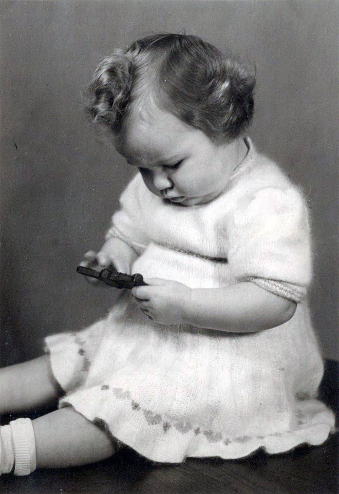Babyzeit ist Entdeckerzeit - Brigitte Friedrich beim Spielen 1949