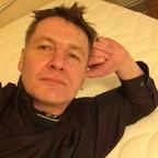 Duke allein auf dem Bett - Selbstporträt