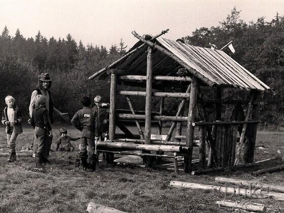 Klassenfahrt in Ober-Seemen 1977 - Bau der Blockhütte mit unserem Werklehrer Herr Rauch, einem begnadeten Zimmermann