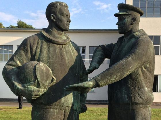 Waffenbrüder Skulptur - Luftwaffenmuseum Berlin-Gatow
