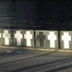 Symbolische Kreuze an der Spree gewidmet den Mauertoten