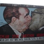 East Side Gallery - Berlin - Graffitis - Bruderkuss von Breschnew und Honecker