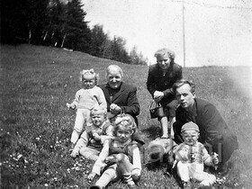 Babcia, Ciocia Genia,Tata, Halinka, Danusia, Januszek, Grażynka i Dzidek )