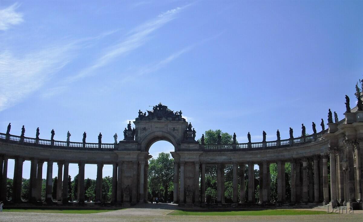 Triumphtor mit Kolonnadenbogen am Neuen Palais