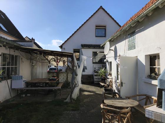 Ansicht auf Haus, Garage und Nebengebäude