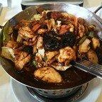 Gebratenes Hühnerfleisch nach Gong-Bao-Art mit Gemüse, Knoblauch, Erdnüssen, Chili und Szechuan-Pfeffer (scharf)