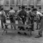 Feuerwehr Königstädten - Grundlehrgang Kassel 1958 - Schlauch rollen