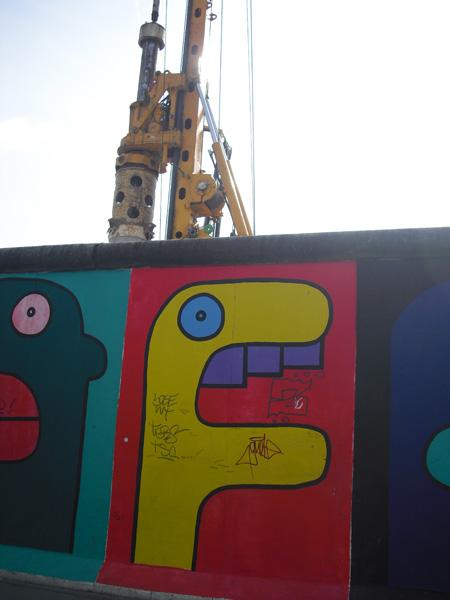 East Side Gallery - Berlin - Graffitis - Buchstabenfiguren