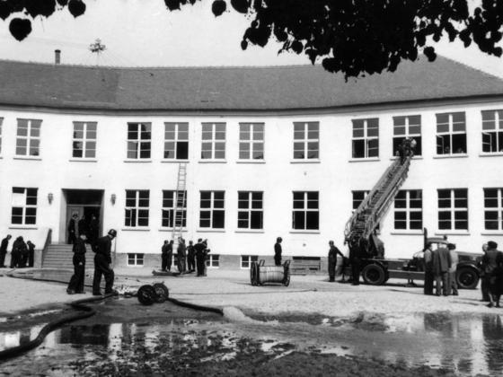Feuerwehr Königstädten - 25. Jubiläum 1955 - Feuerwehrübung Grundschule