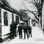 Haus der Fam. Georg Röder - Königstädten - Kleine Gasse - 1925 - Georg Röder in der Mitte