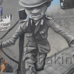 East Side Gallery - Berlin - Graffitis - Soldat springt über Stacheldrahtzaun