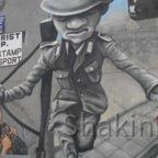 East Side Gallery - Berlin - Graffitis - Soldat springt über Stacheldrahtzaun
